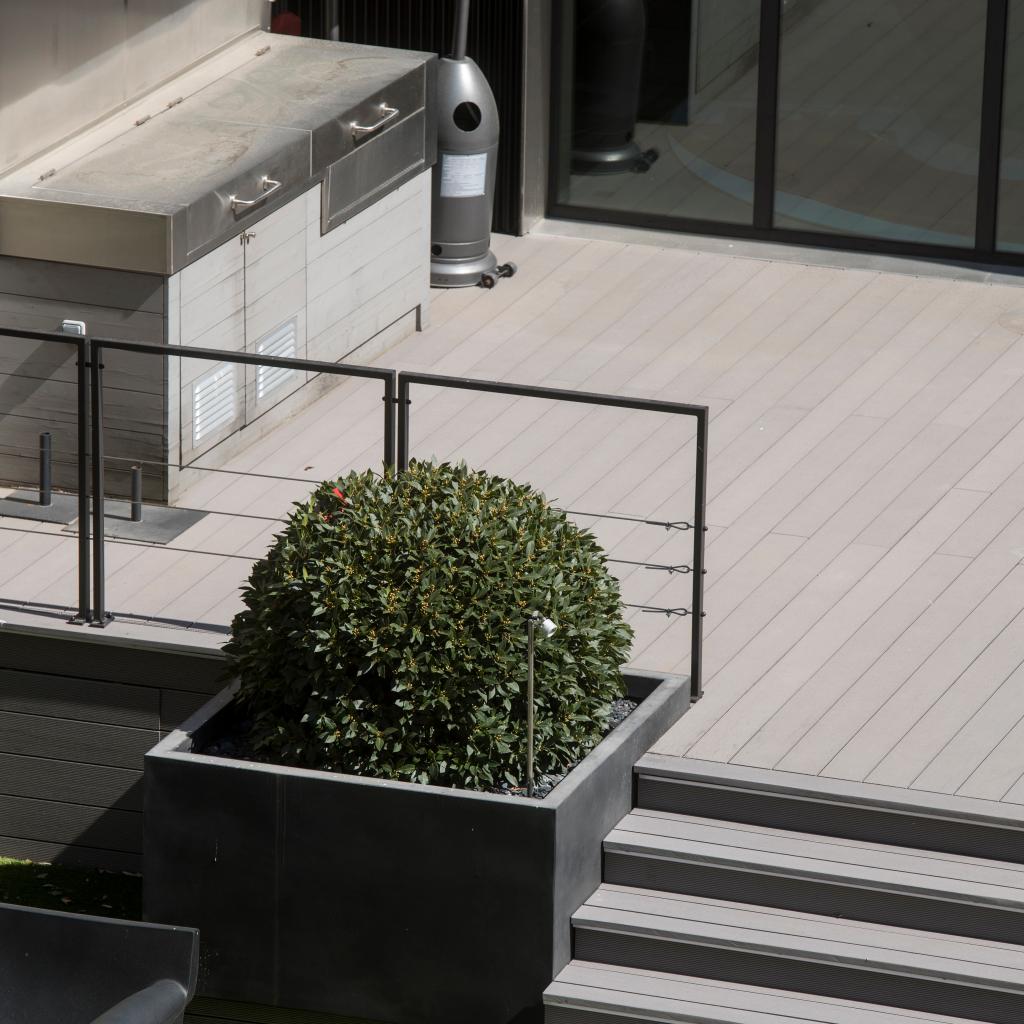 Terrasse en bois composite LAMEO - lame XTRA coloris béton face striée